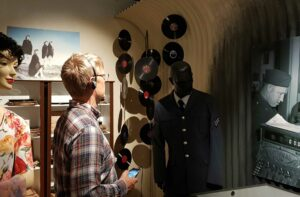 WWII-museum-Iceland-BLE-beacon-automatic-museum-audio-guide3Customers_carousel_1280x720px